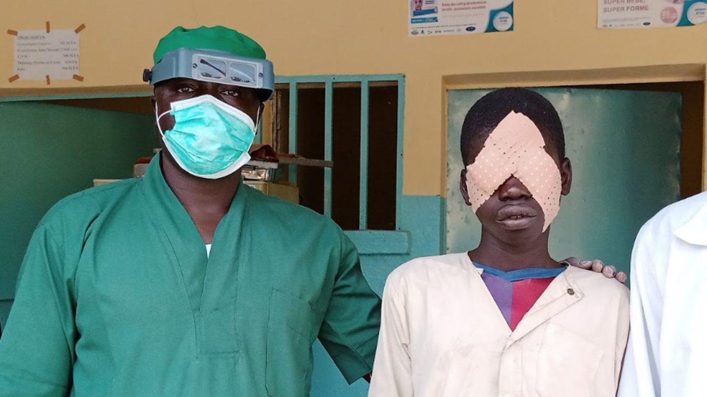 Gamangassou sammen med kirurgen Pascal.