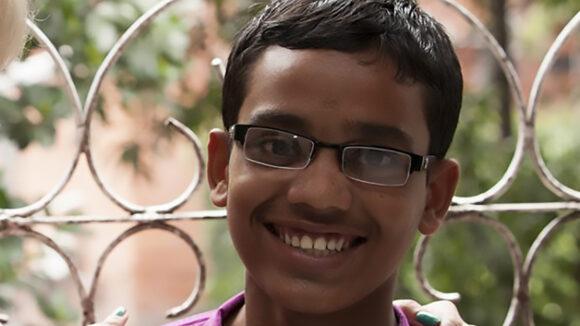 Arif smiler mot kameraet.