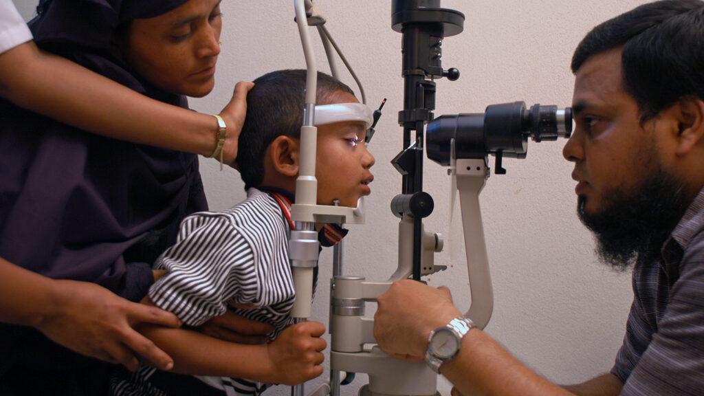 En ung gutt har en blikkprøve.