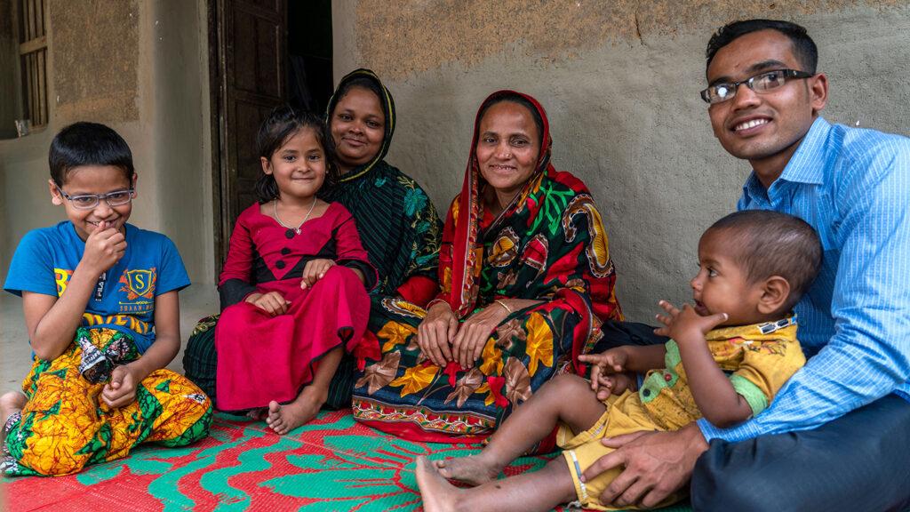 Arif, nå 20 år gammel, sitter sammen med familien.