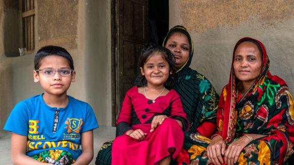 Familien til Arif sitter utenfor hjemmet.