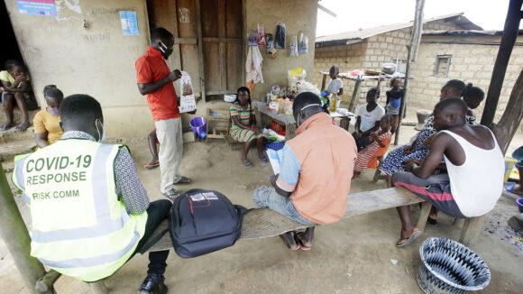 Et COVID samfunnskunnskapsmøte i Liberia.